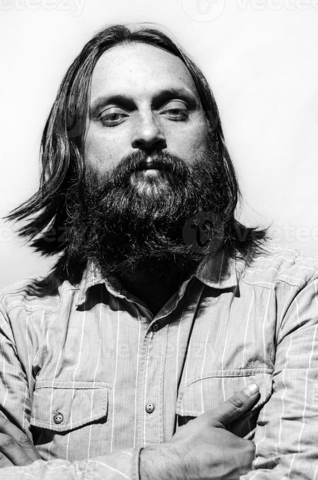 Brünette Mann Porträt schwarz und weiß isoliert foto
