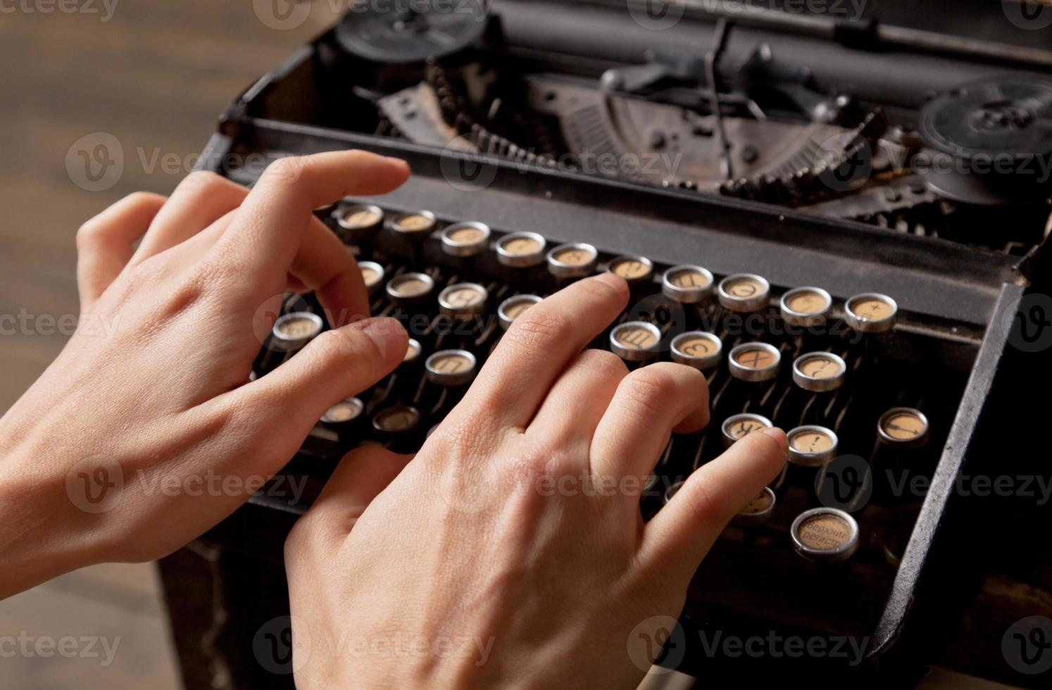 menschliche Handabdrücke auf Retro-Schreibmaschine. foto