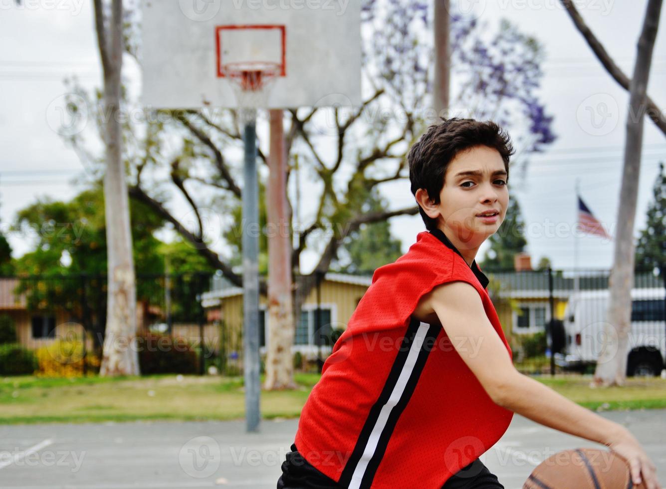 Junge spielt Basketball foto