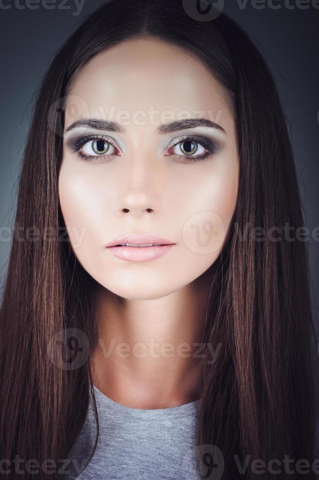 Nahaufnahmeporträt der schönen jungen Frau foto