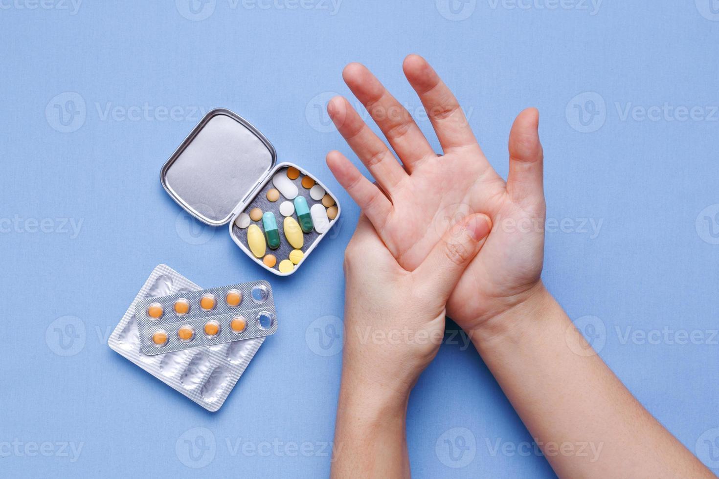 Frauenhand mit Gelenkschmerzen foto