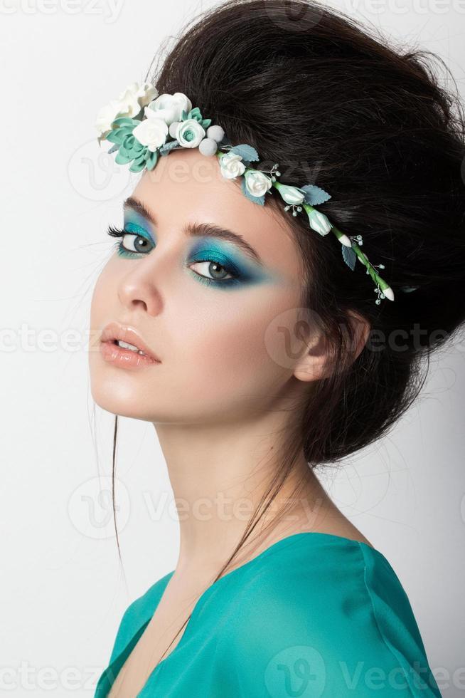 Porträt des jungen brünetten Mädchens foto