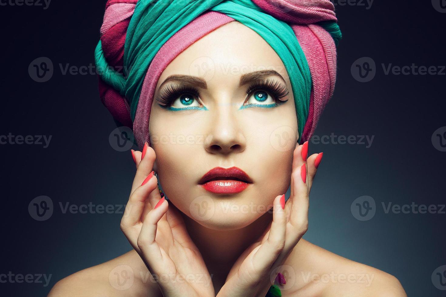 junge Frau, die einen bunten Turban trägt foto