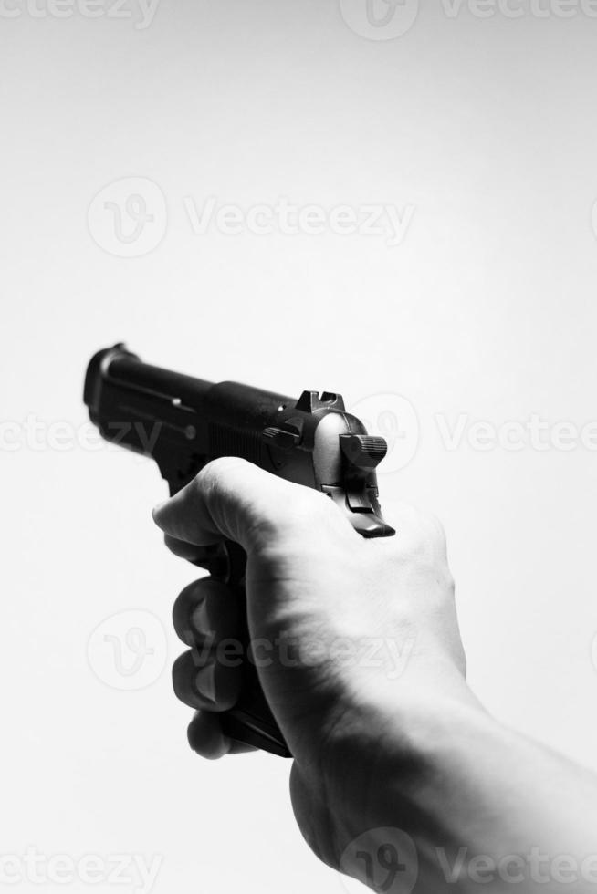 Hand hält Schusswaffe foto