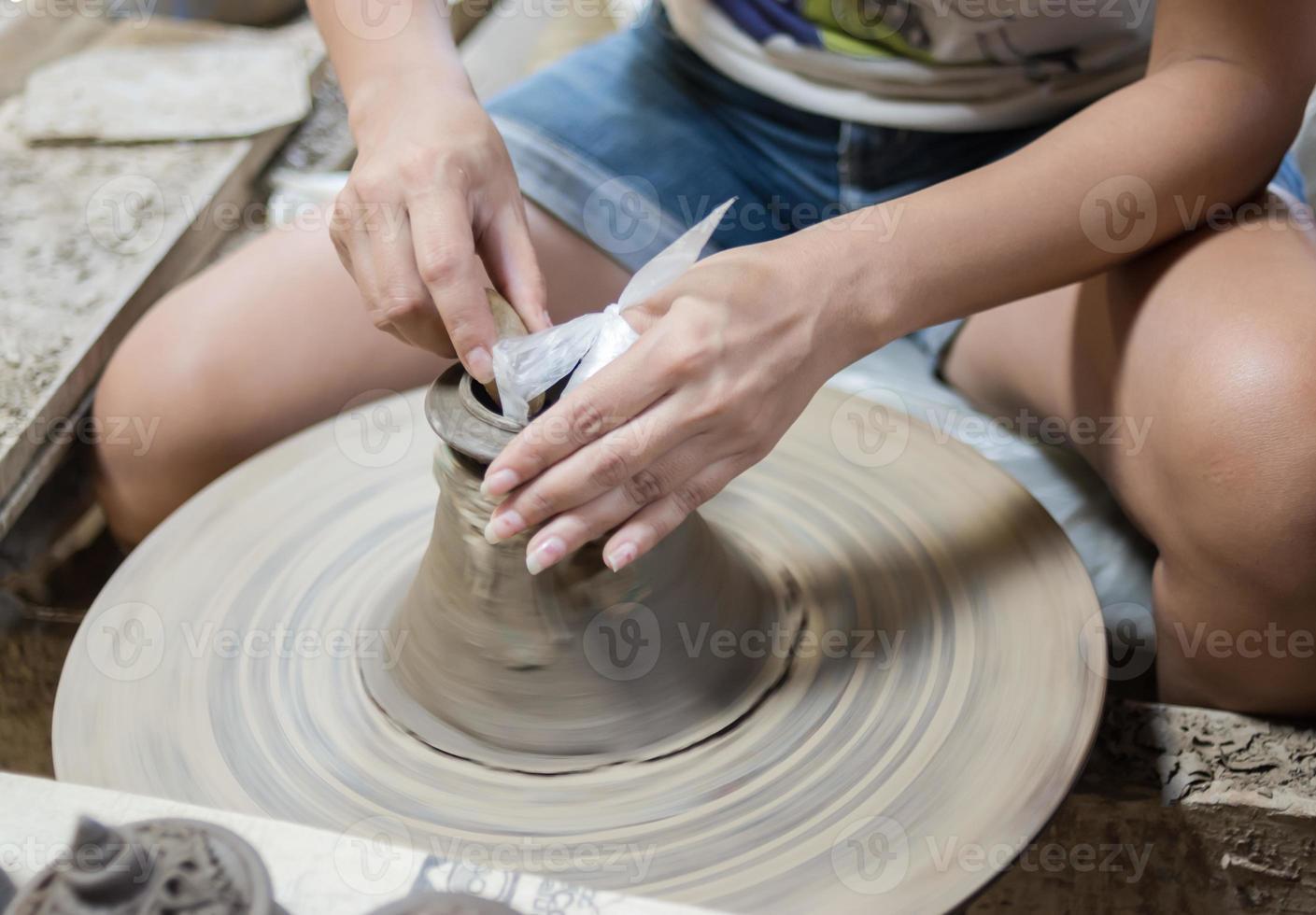 Keramik Handwerk Rad Keramik Ton Töpfer menschliche Hand foto