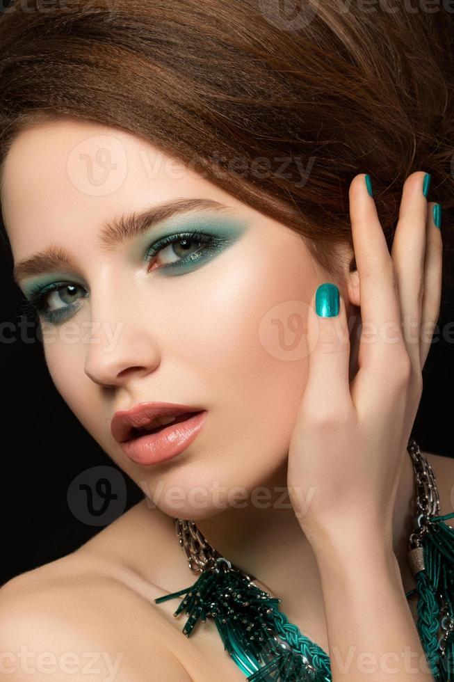 Porträt der wunderschönen jungen Frau foto