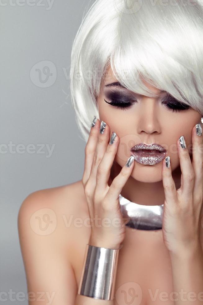 Schönheit Mädchen Porträt. Mode blonde Frau. isoliert auf grau foto
