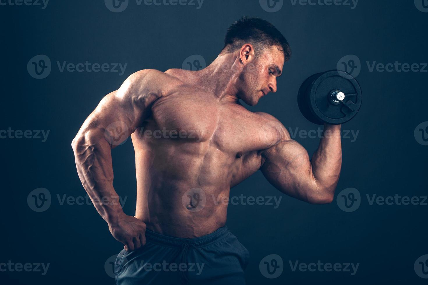 Muskelmann, der Bizepslocken tut foto