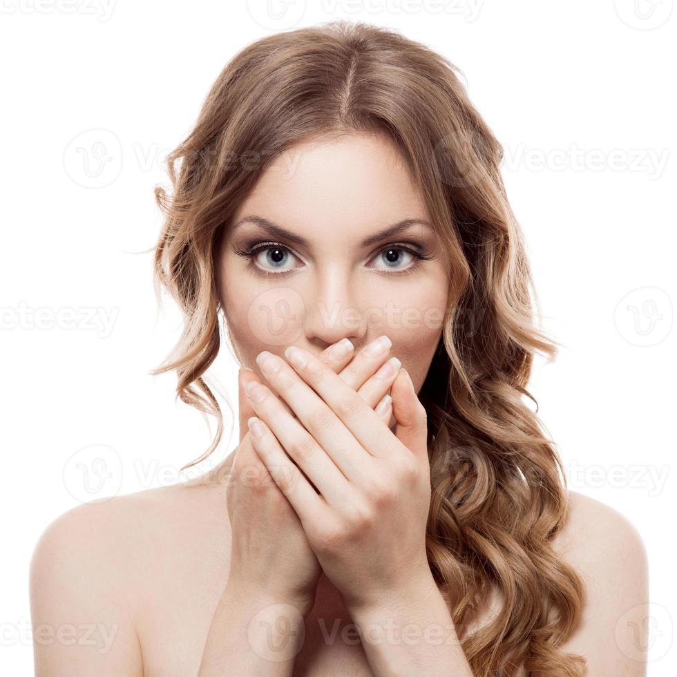 Nahaufnahme einer jungen Frau, die auf weißem Hintergrund überrascht schaut foto