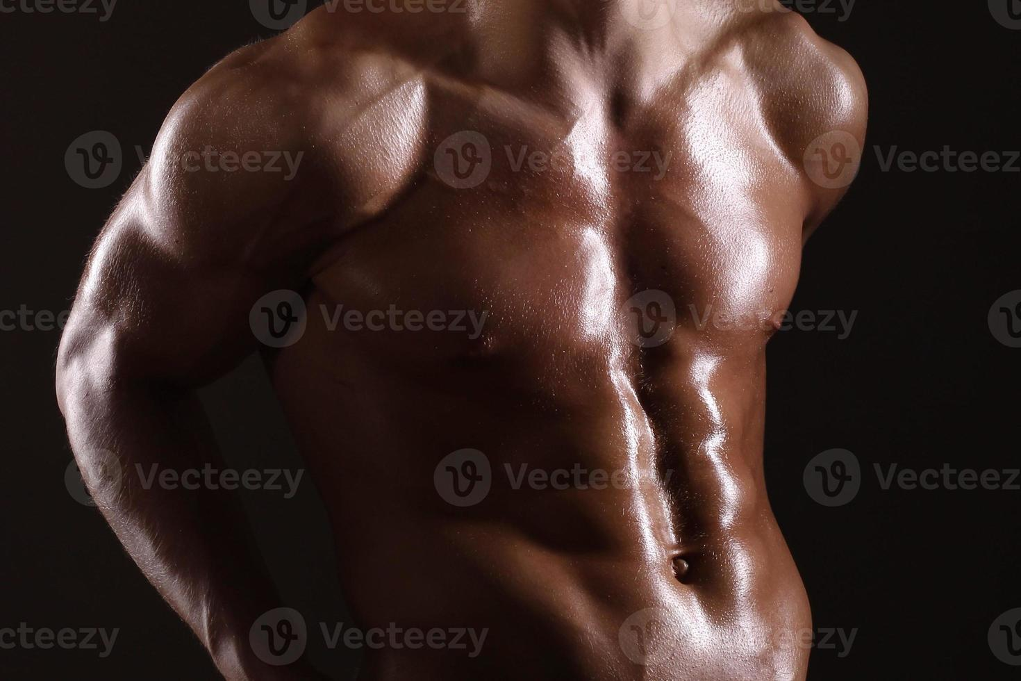 muskulöser Mann zeigt abs foto