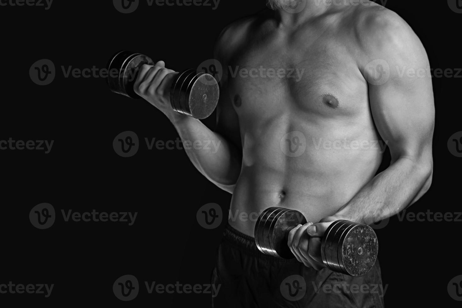 Fitness-Mann mit Hanteln, monochromes Bild foto