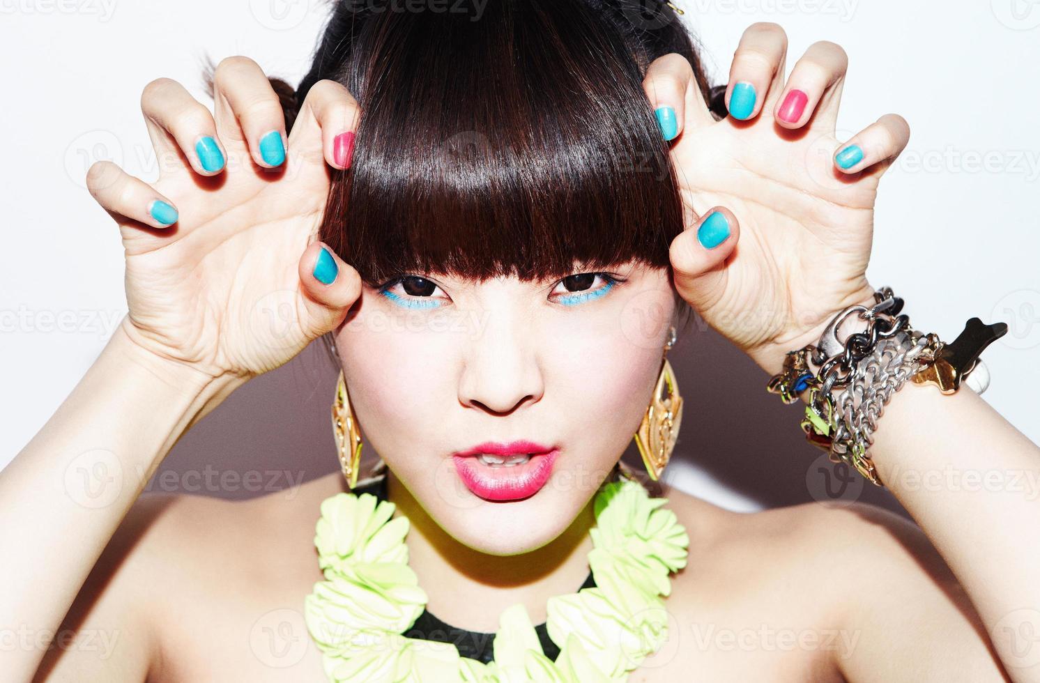süßes asiatisches Mädchen mit starkem Make-up foto