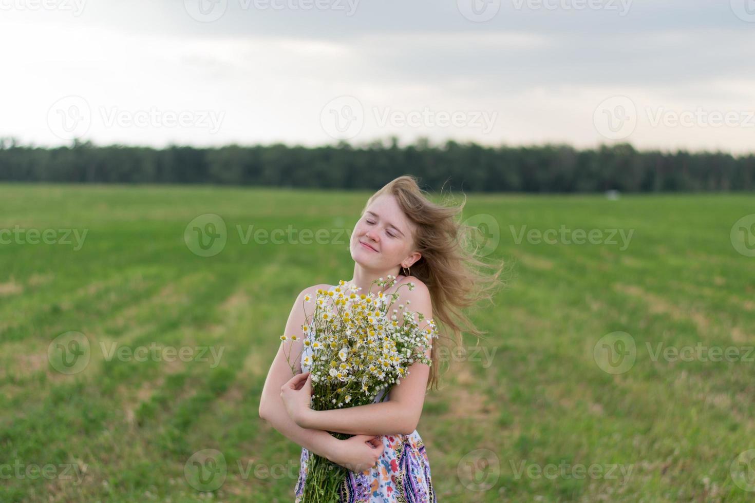 Mädchen mit Gänseblümchen foto