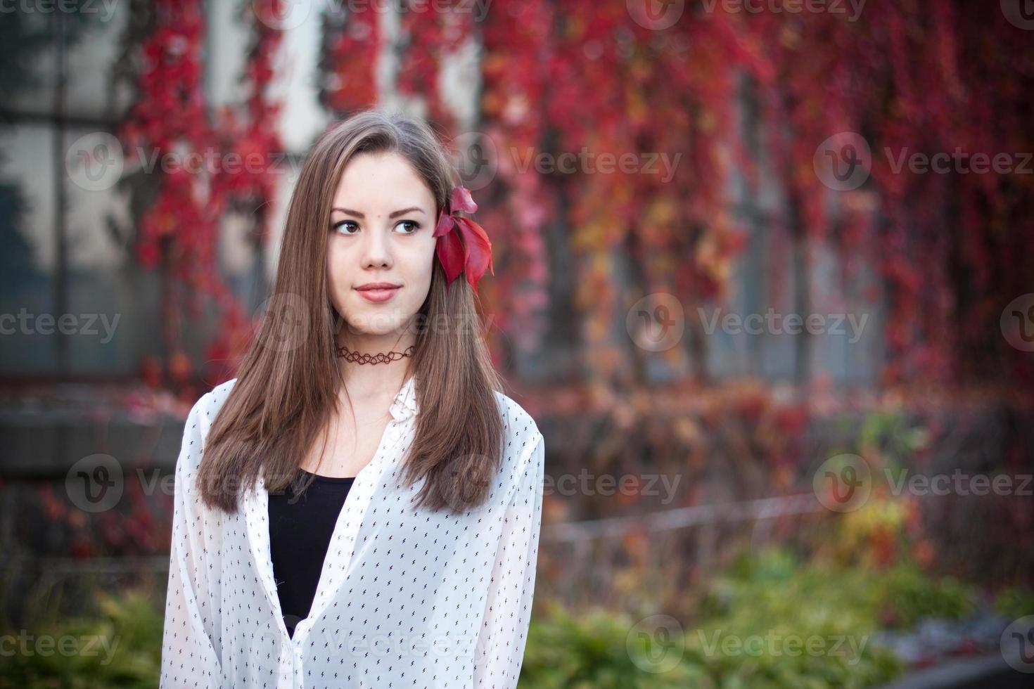 junges Mädchen im schönen Herbstpark, Konzeptherbst foto
