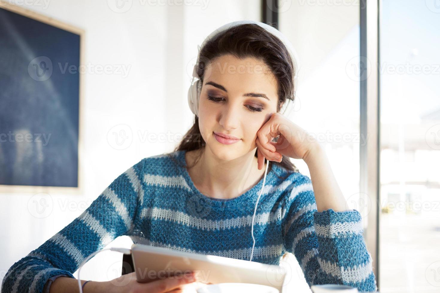 süßer Teenager, der sich im Café entspannt foto