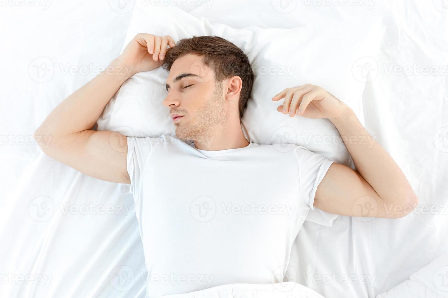 Der hübsche Kerl entspannt sich morgens foto