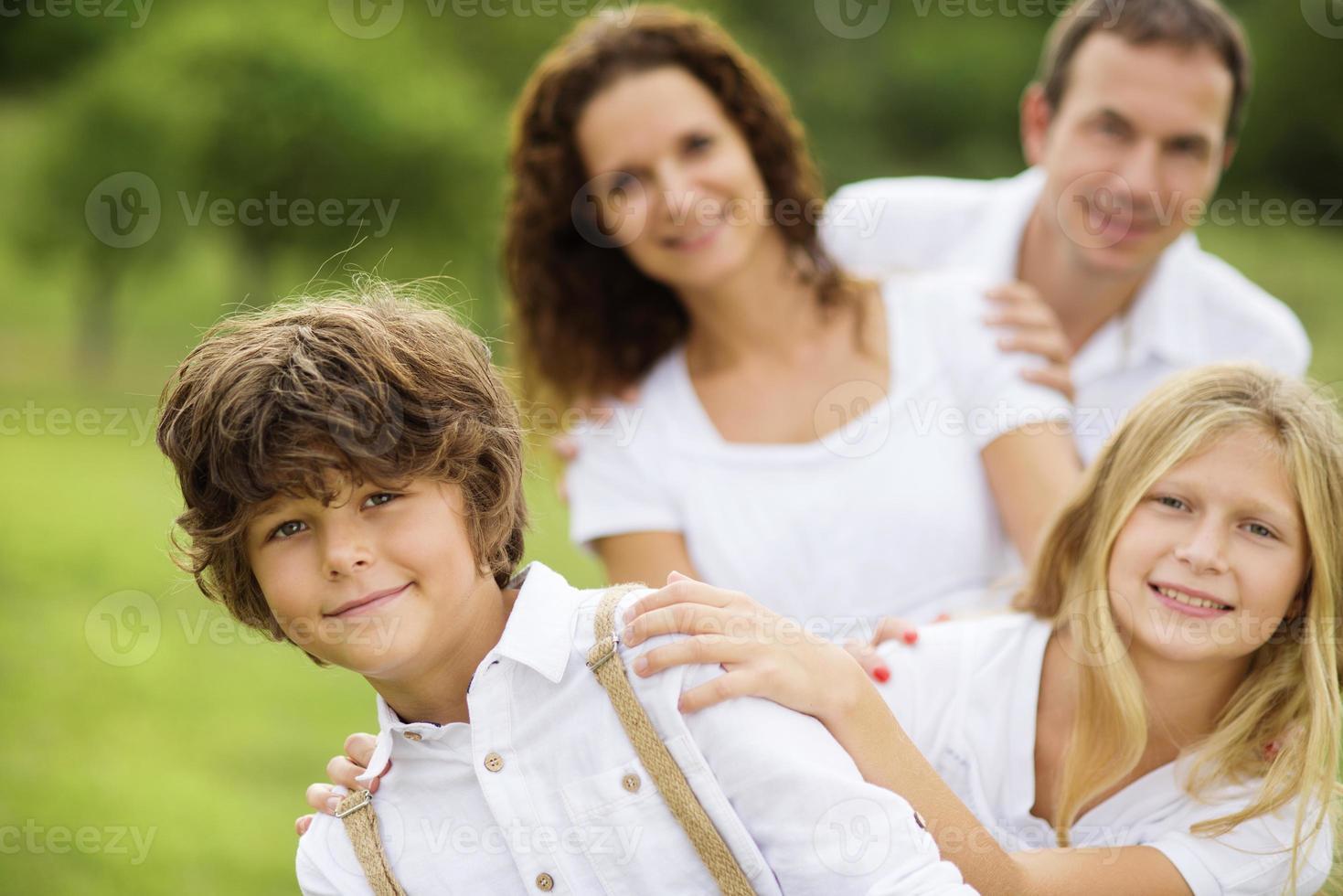 große Familie entspannt sich in grüner Natur foto