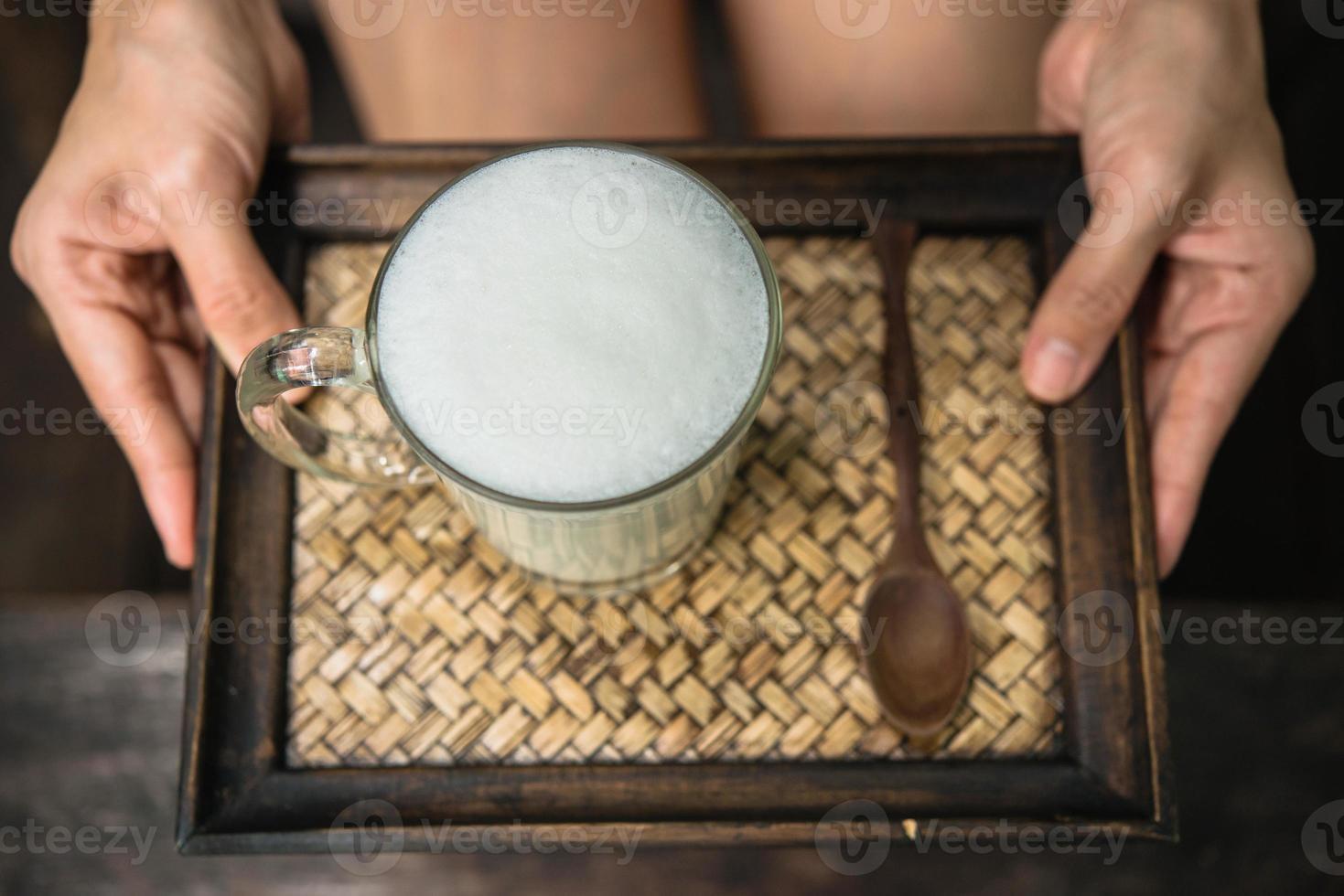 Frau hält ein Glas heiße Milch entspannen foto