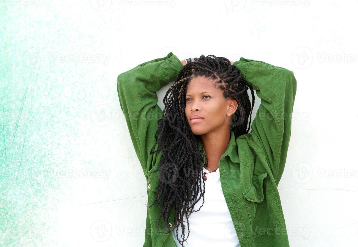 junge schwarze Frau, die draußen entspannt foto