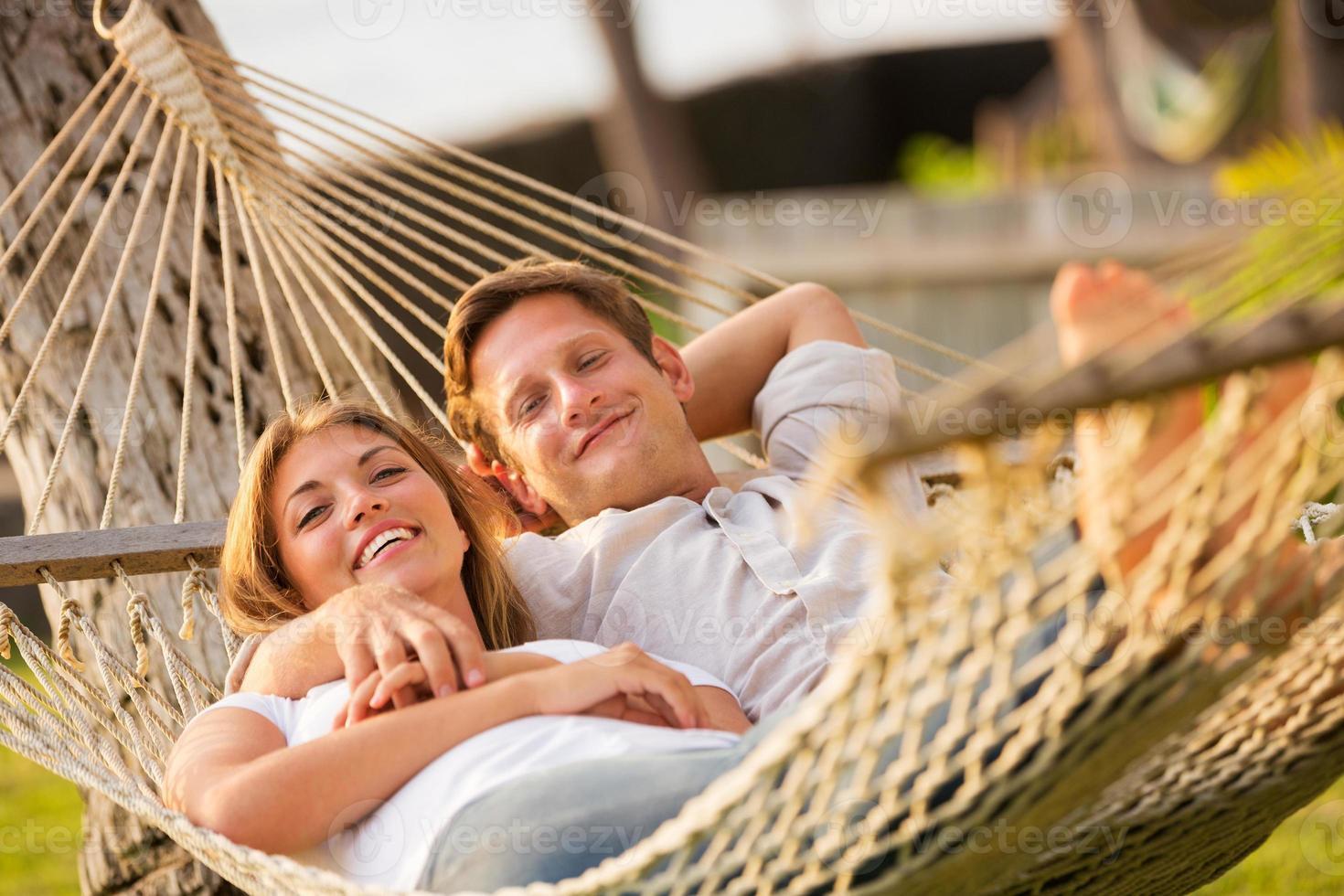 Paar entspannt in tropischer Hängematte foto