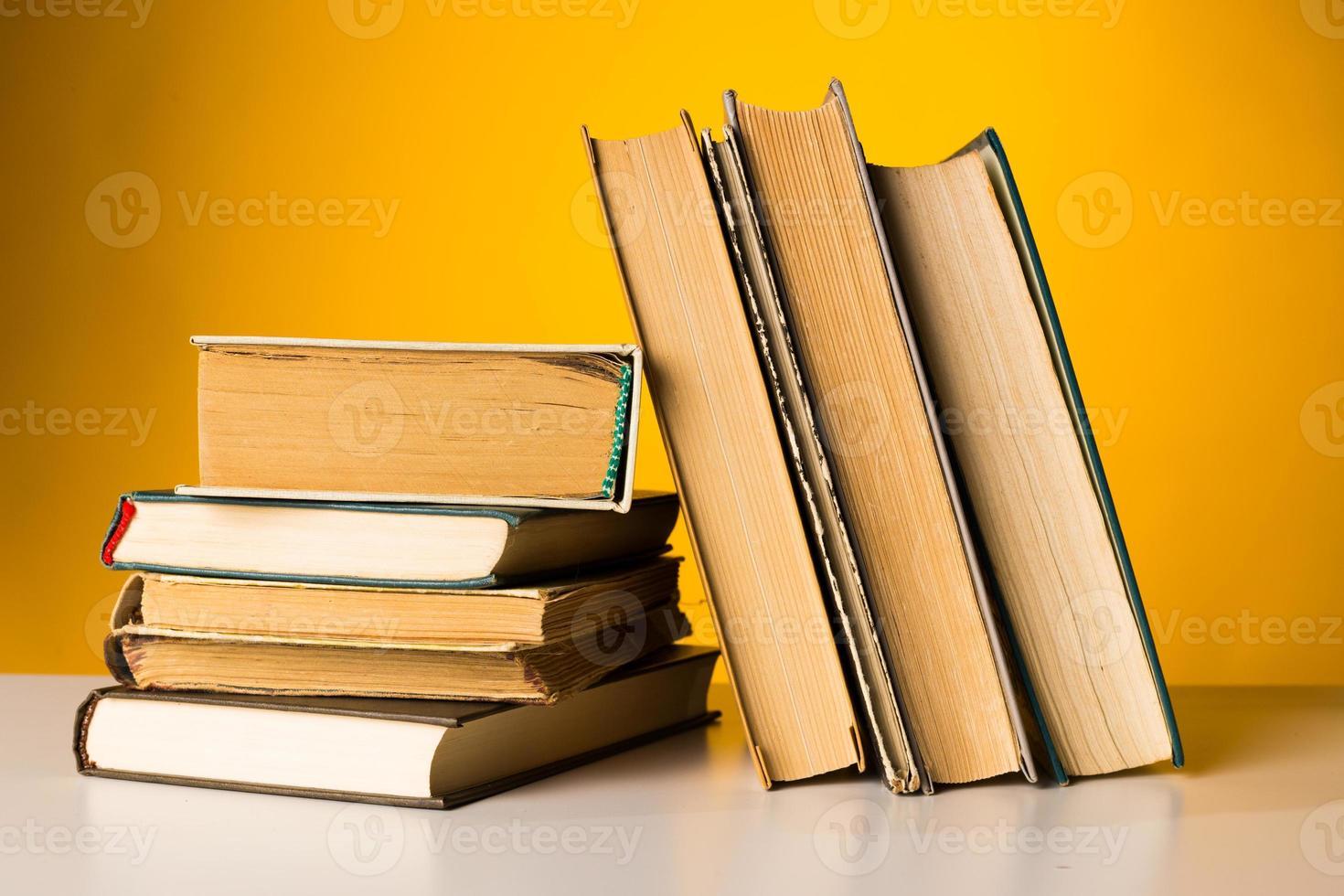 Bücher auf dem Tisch. foto
