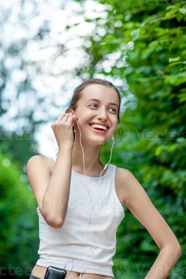 rennende Frau. Läuferin, die sich nach dem Joggen im Freien entspannt foto