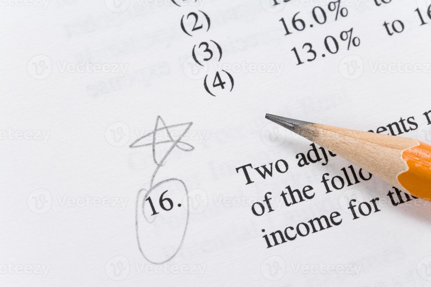 Bleistift und Lehrbuch foto