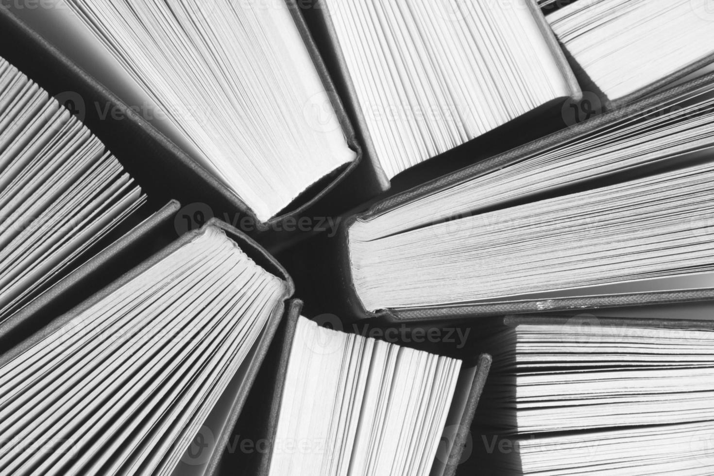 Lehrbücher in schwarz und weiß foto
