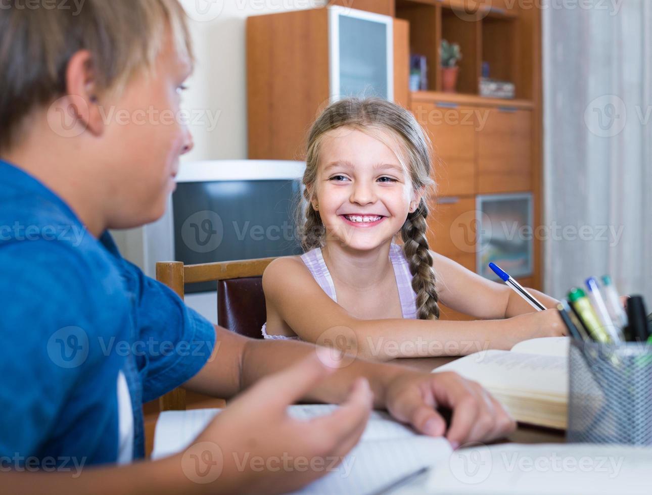 Porträt von Kindern mit Lehrbüchern und Notizen foto