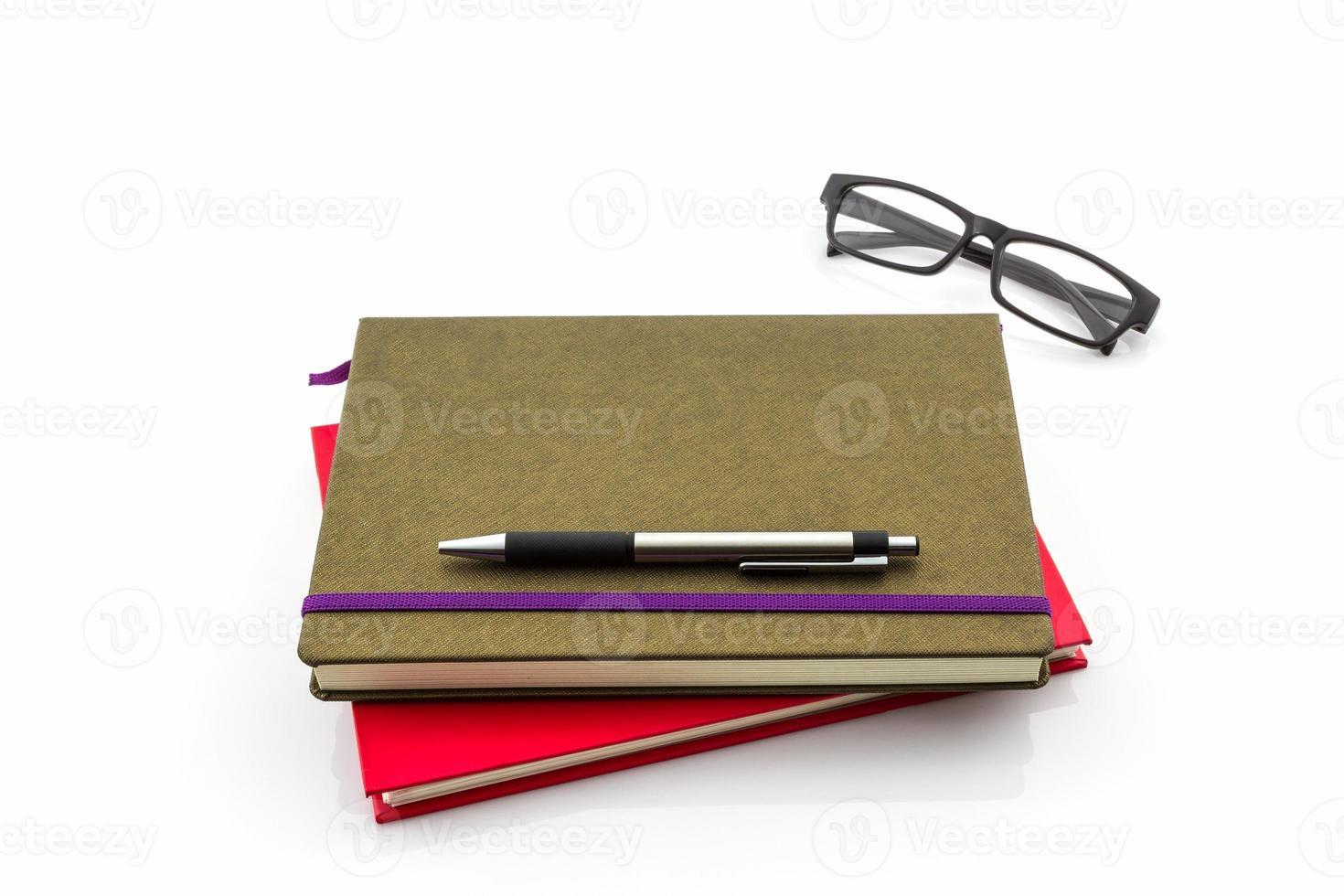 Gruppe von Buch, Stift und Brille. foto