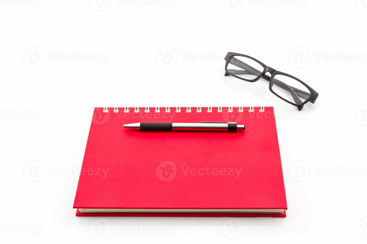 rotes Tagebuchbuch auf weißem Hintergrund. foto