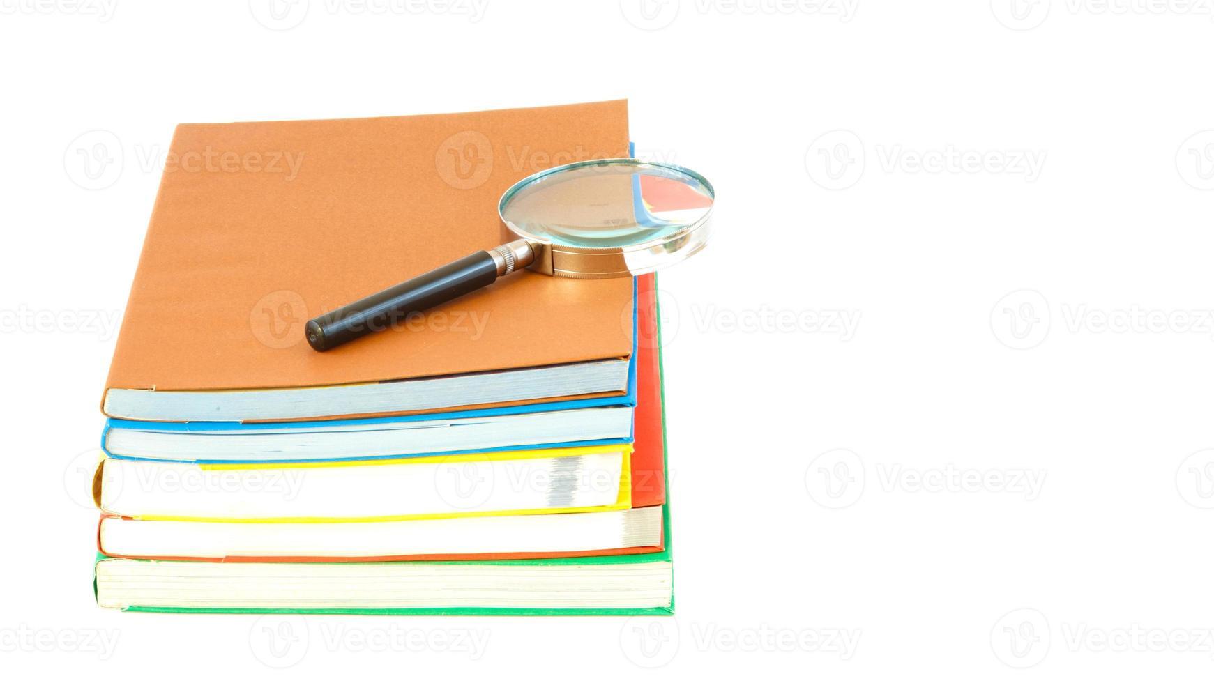 Stapel von Lehrbüchern, Werkzeugunterstützung und isoliert auf weißem Hintergrund foto