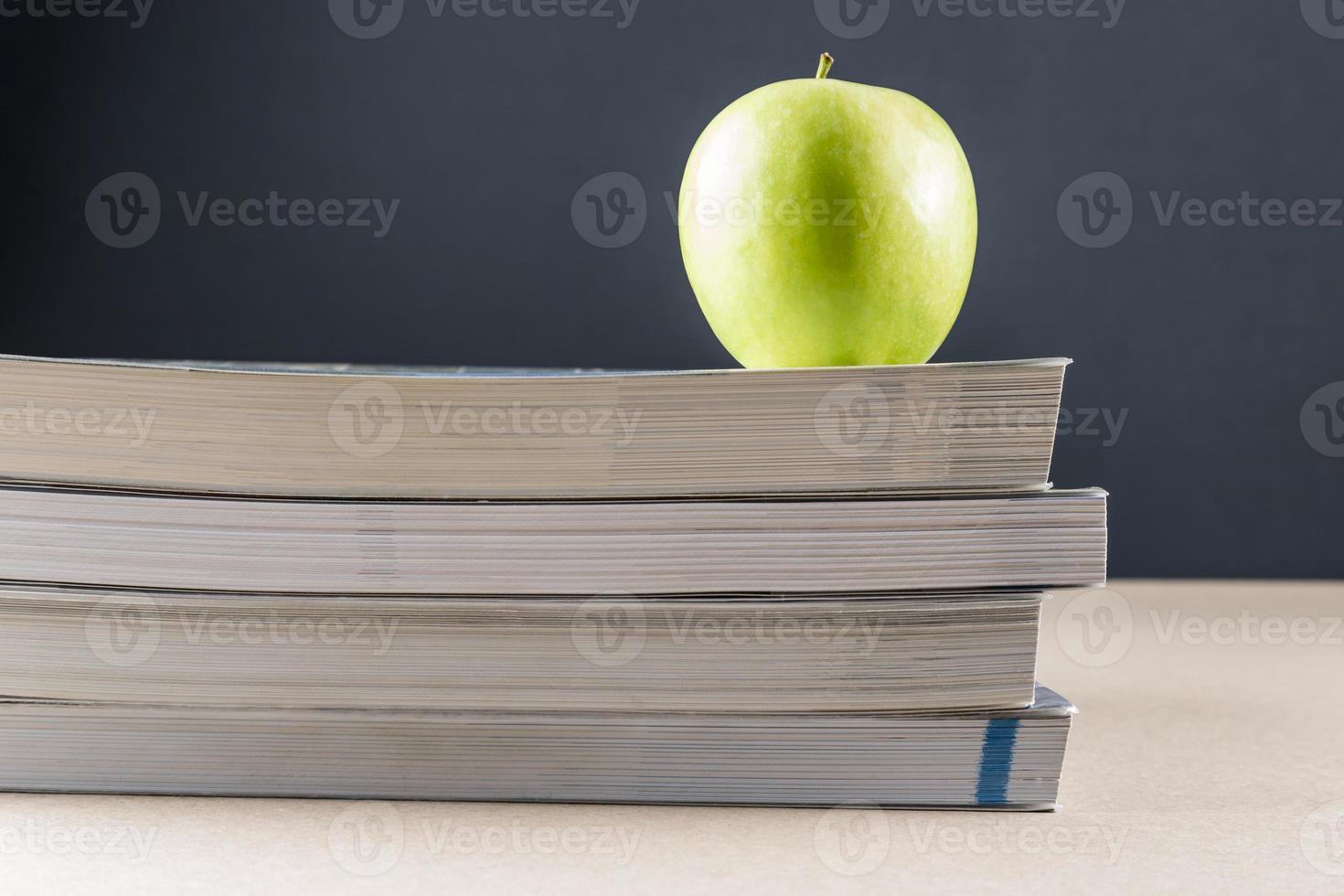 Apfel auf Büchern foto