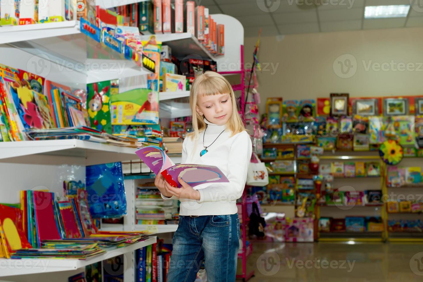 Mädchen kauft Schulzubehör. foto