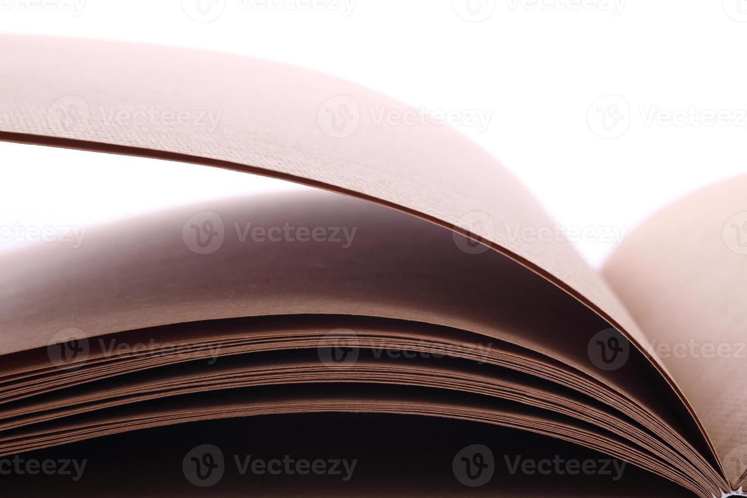 offenes Buchpapier leer auf weißem Hintergrund foto