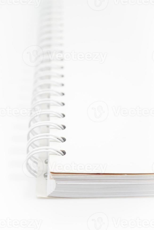 Spiralweißes Notizbuch lokalisiert auf weißem Hintergrund foto
