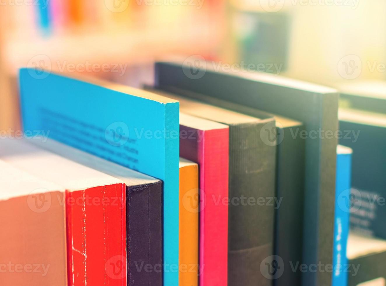 Bücher in einem Bücherregal foto