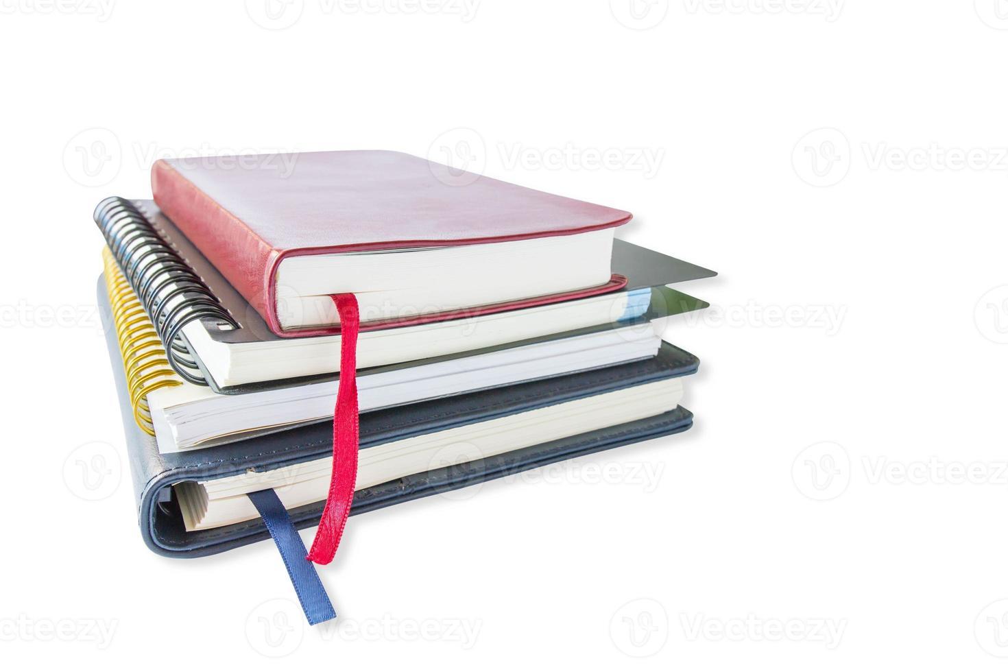 Stapel Bücher auf einem weißen Hintergrund foto