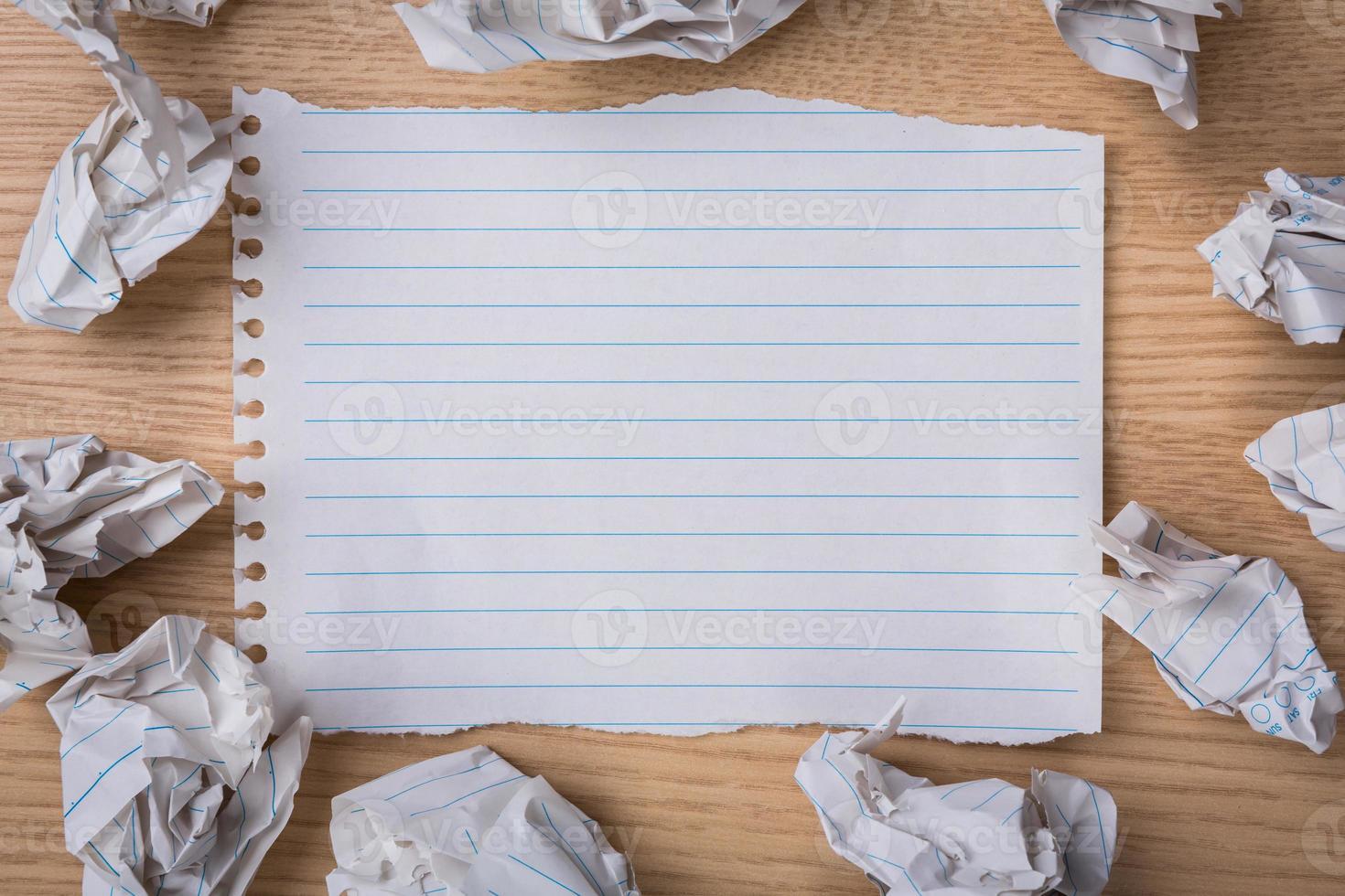 weißes Notizbuch mit Bleistift und zerknittertem Papier foto