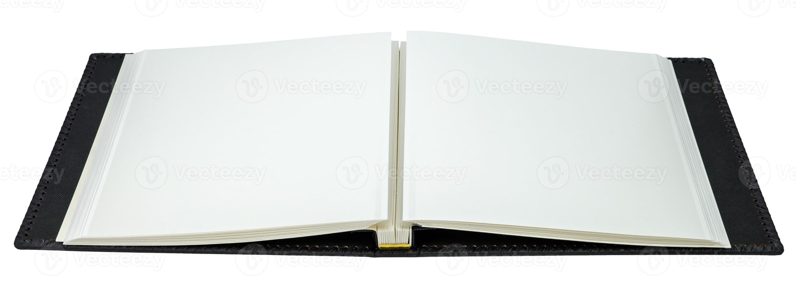 geöffnetes Buch mit leeren Seiten auf weißem Hintergrund foto