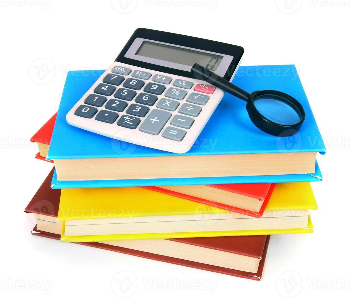 Bücher und Schulgeräte. auf weißem Hintergrund. foto