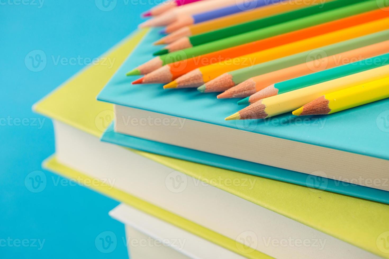 bunte Stifte auf Stapel Bücher foto