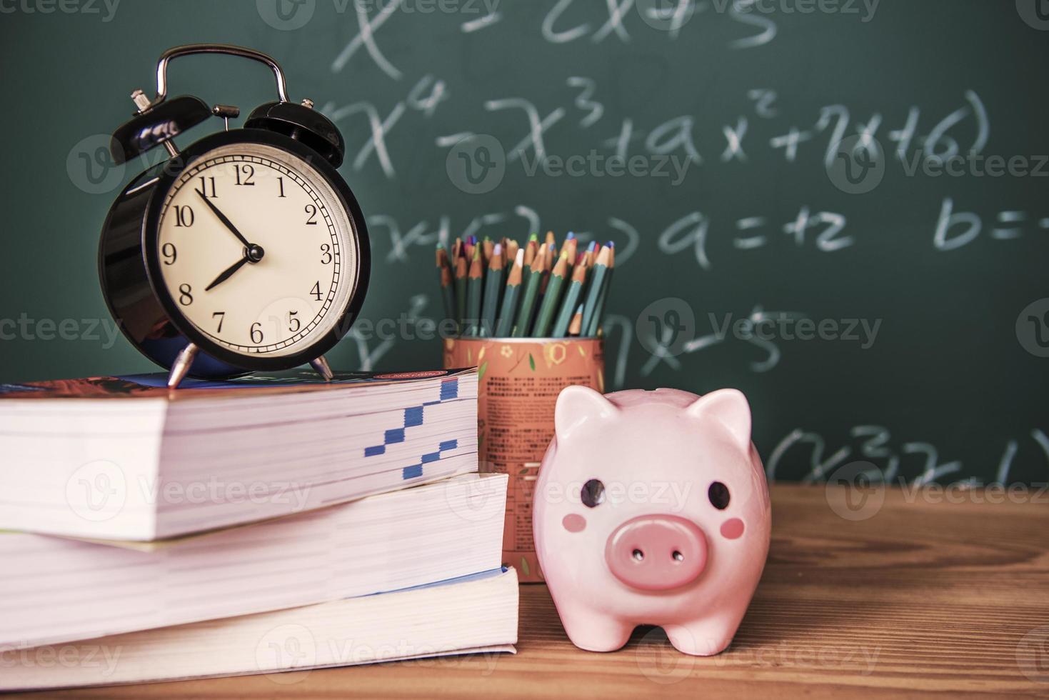 Schweinebank und eine Uhr auf grünem Hintergrund foto