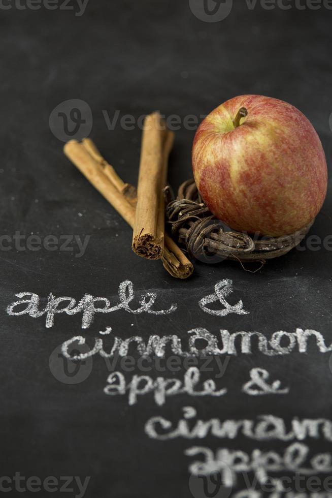 Apfel und Zimt an der Tafel foto