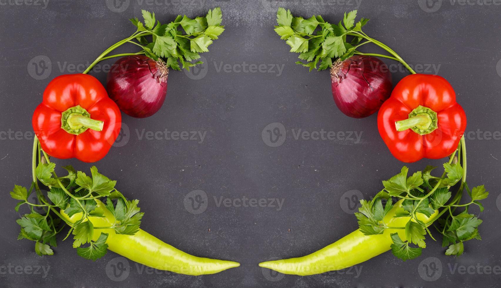 frisches Gemüse an dunkler Tafel foto