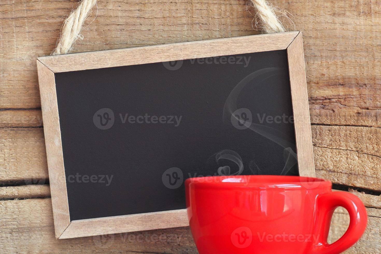 schwarze Kreidetafel und Kaffeetasse foto