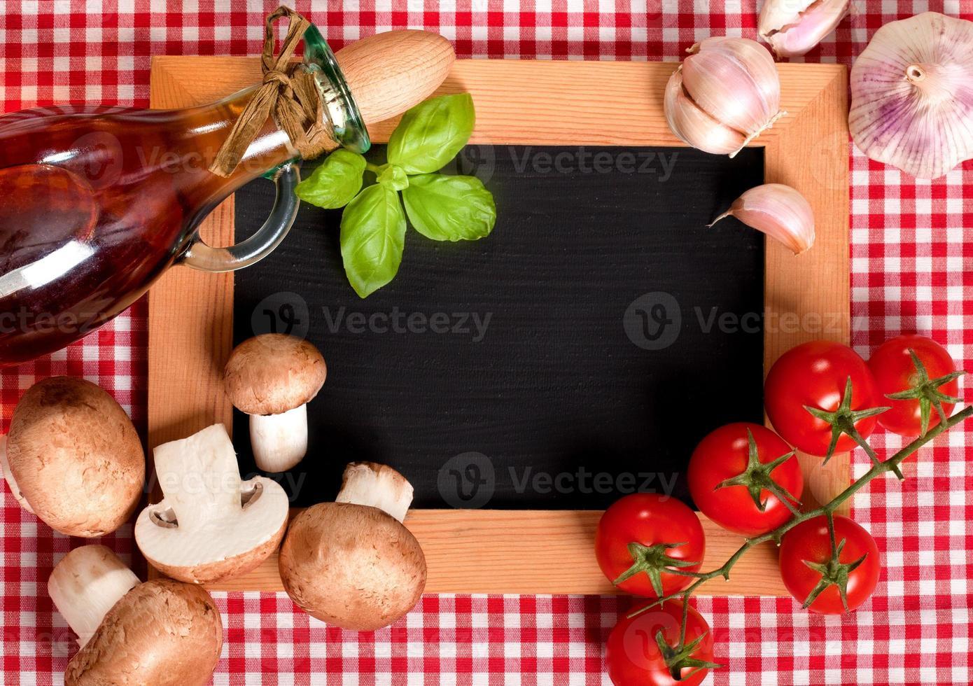 Pizza Zutat auf einer schwarzen Tafel foto