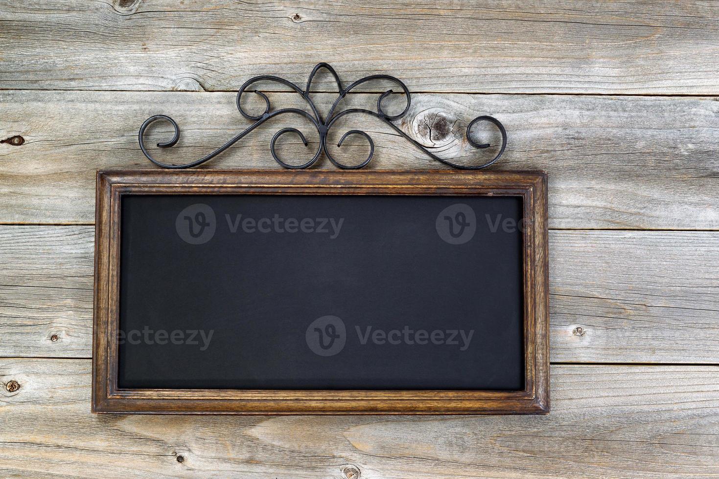 traditionelle leere Tafel auf gealtertem Holz foto