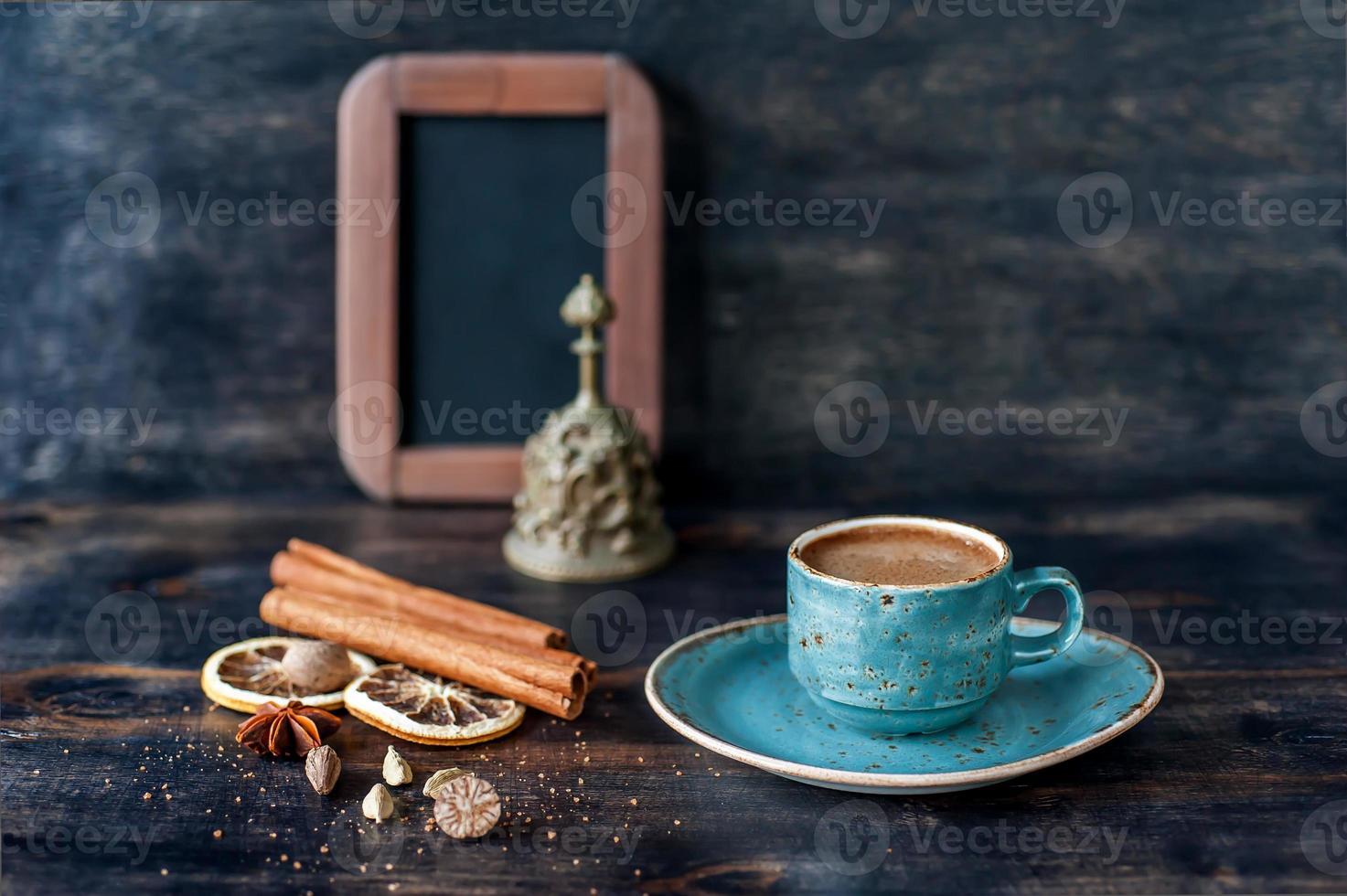 Kaffee und Gewürze und Kreidetafelmenü foto