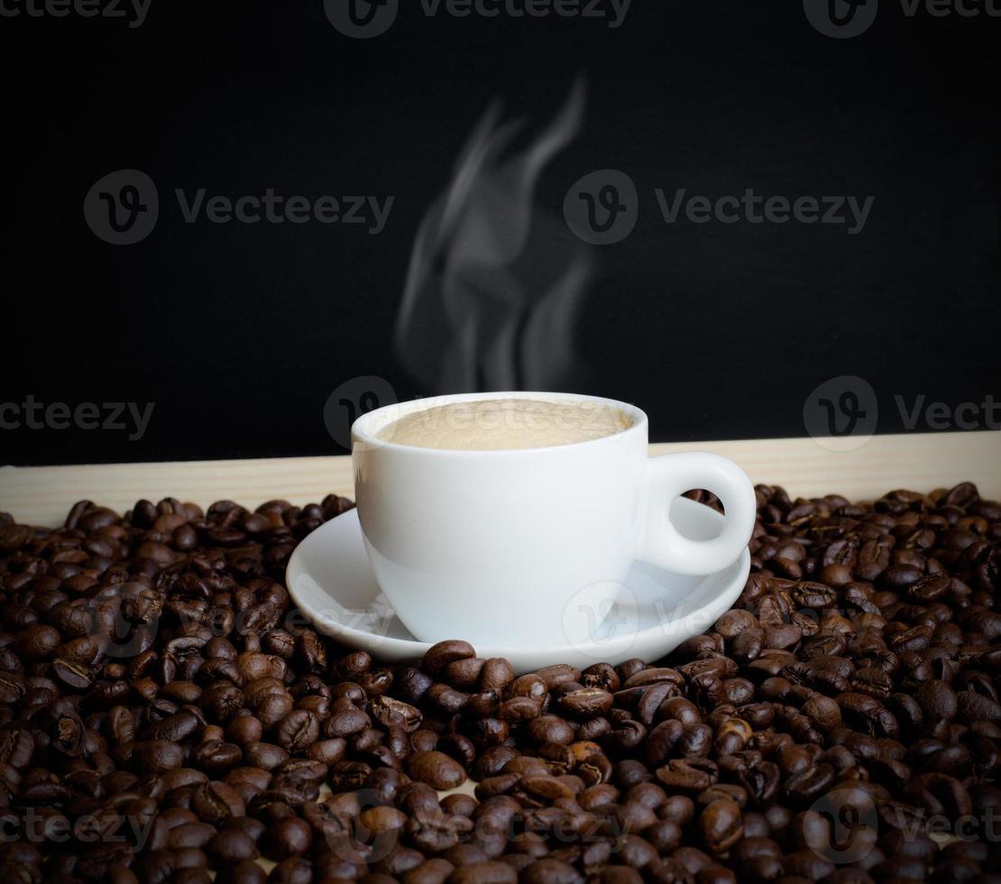 Kaffee und Kaffeebohnen mit Kreidetafel foto